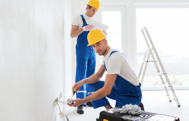 Liegenschaftsunterhalt: Arbeiter sanieren eine Wohnung