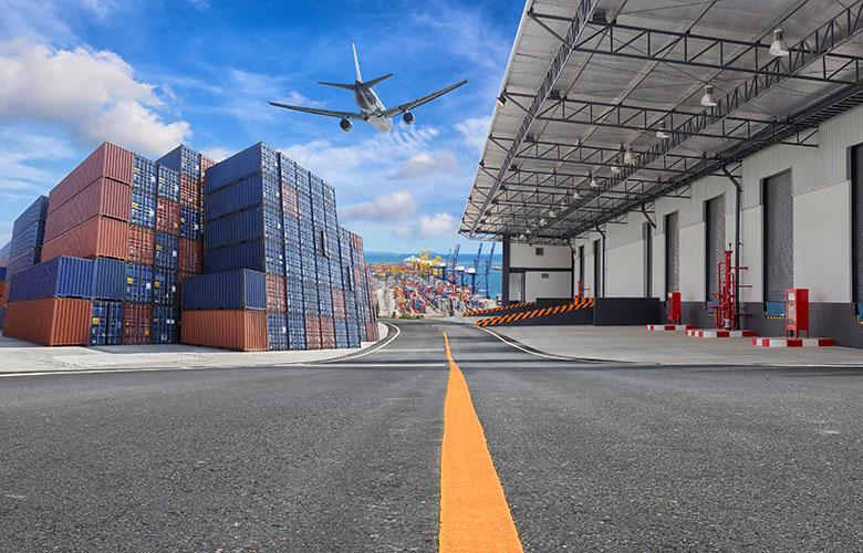 Logistikimmobilien mit Flugzeug und Hafen im Hintergrund