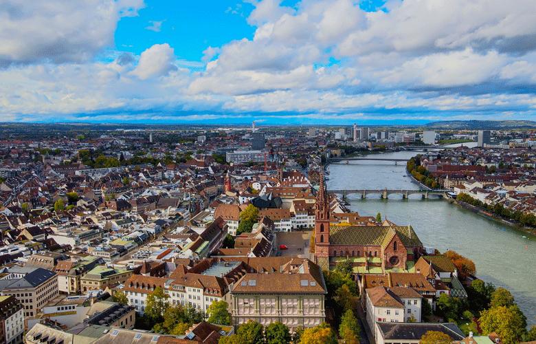 Immobilien in Basel: Blick über die Innenstadt und den Rhein